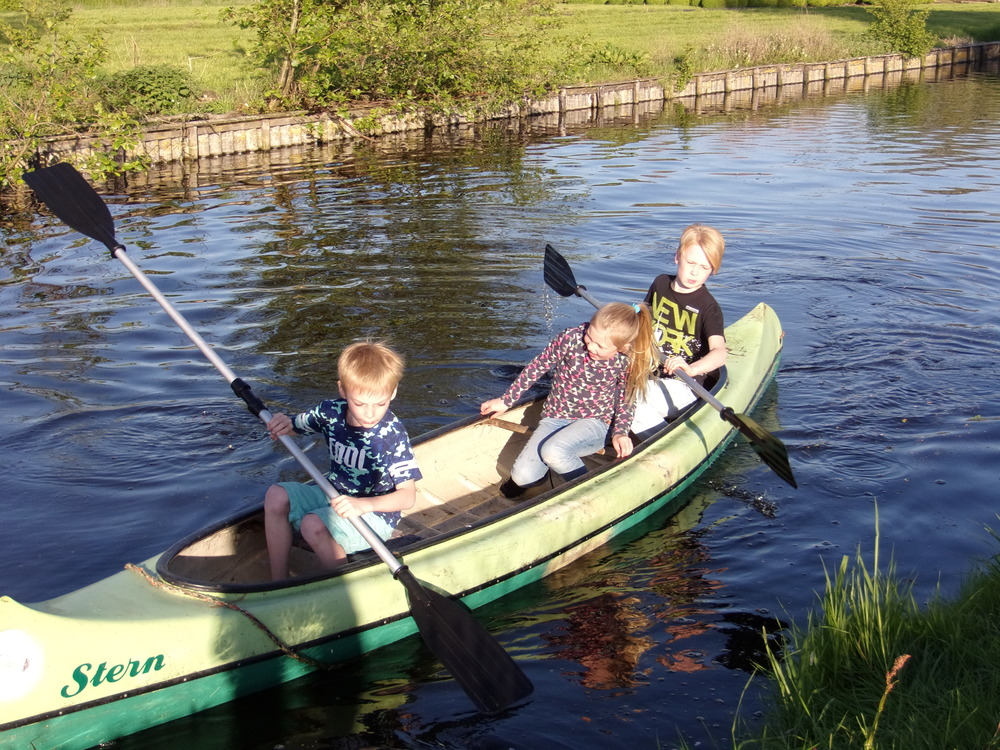 Kinderen aan het kanovaren