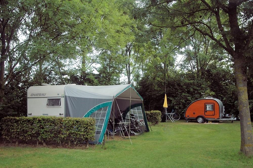 Caravans op het terrein.