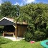 Sanitairgebouw met trampoline ernaast.