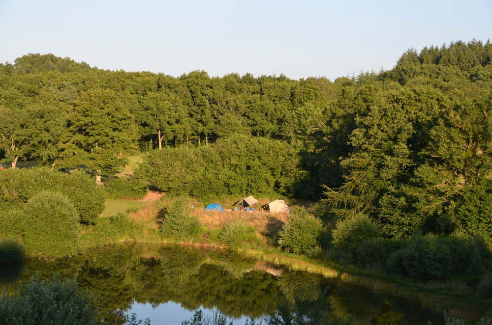 Een van de kampeerplekken, met uitzicht over het water.