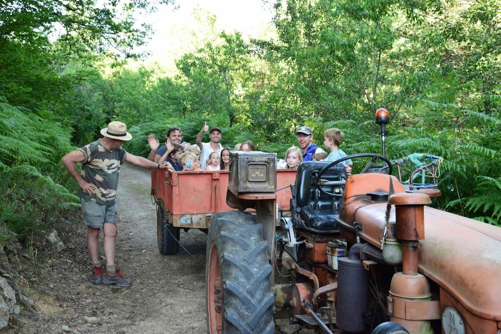 Veel plezier voor de kinderen met het trekkerritje door het bos.