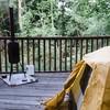 Kamperen op een houten vlonder.