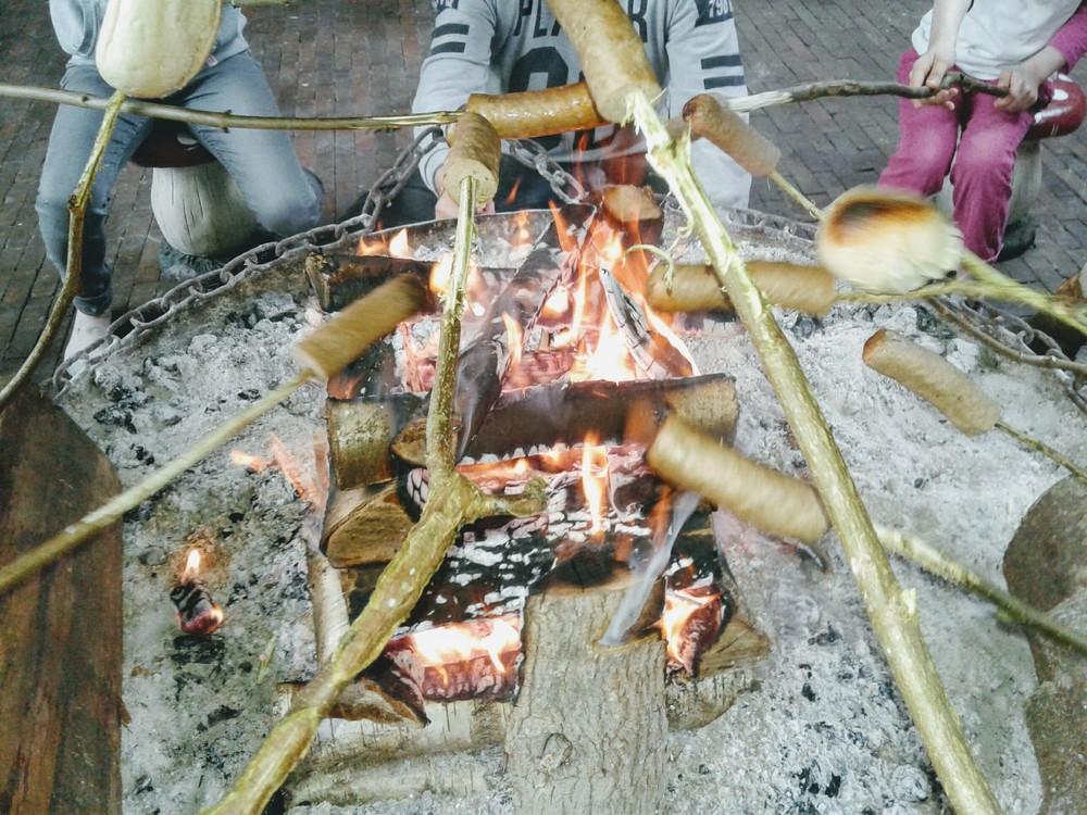 Lekker opwarmen/eten bij een van de vuurplaatsen.