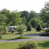 Beschutte plekken op het bloemenveld. Er zijn meerders plateau's voor je caravan of vouwwagen.