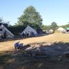 Er zijn meerdere kampvuurplaatsen.