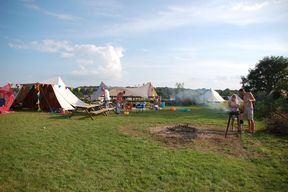 Barbecuen mag, alleen bij heel warm en droog weer graag op de kampvuurplaatsen.