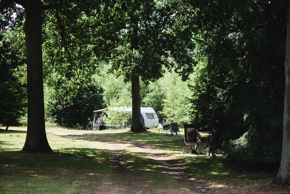 Caravan op het kampeerterrein.