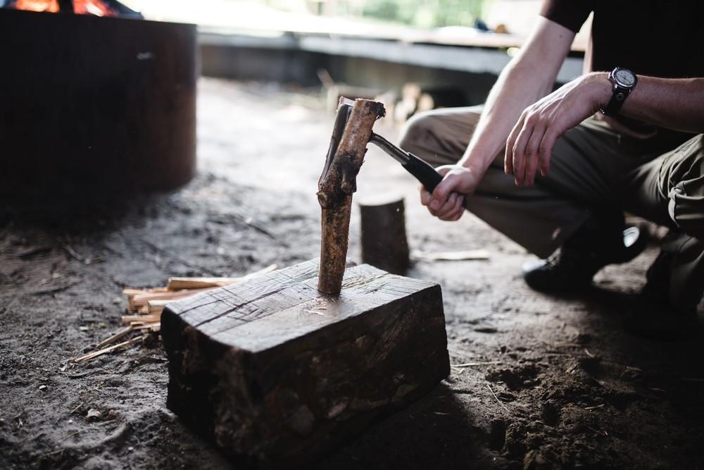 Zelf je hout kloven in de kampvuurhut.