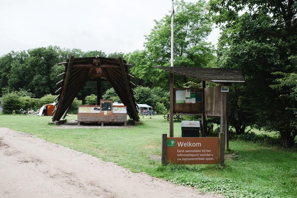 De entree van het kampeerterrein.