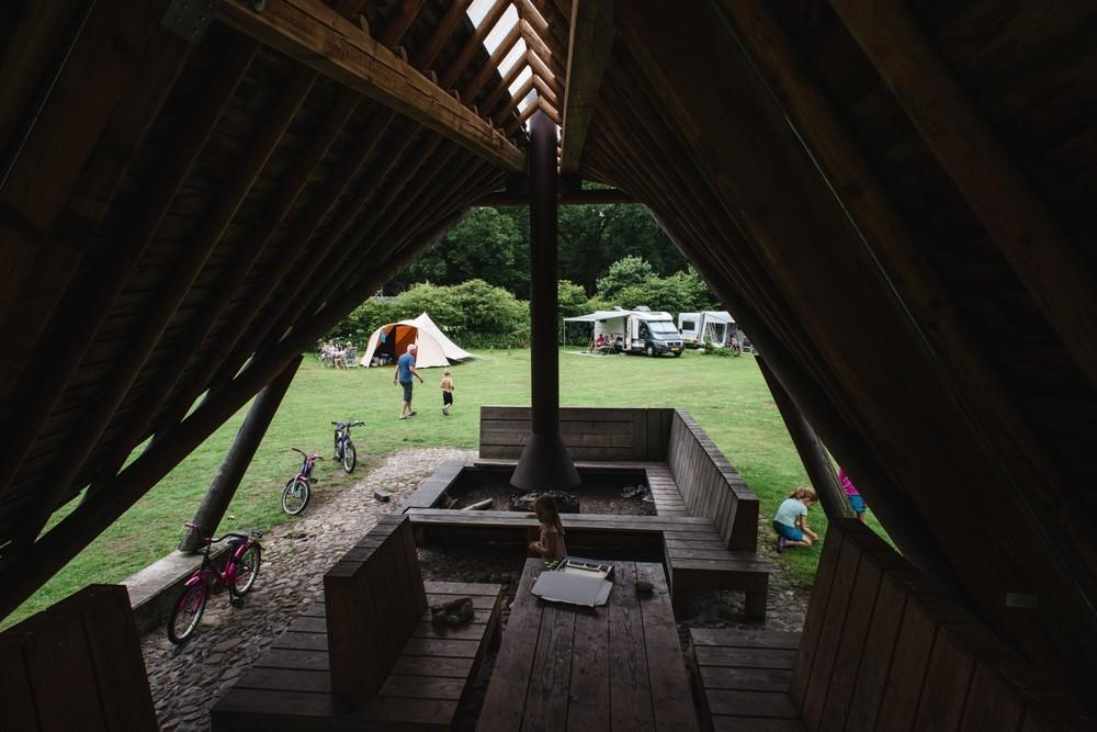 Uitzicht vanuit de kampvuurhut op het terrein.