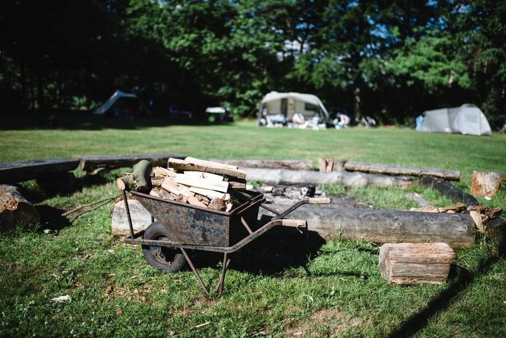 Sprokkel je hout voor het kampvuur 's avonds.