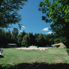 Het grote veld met zandheuvel/speelterrein in het midden.