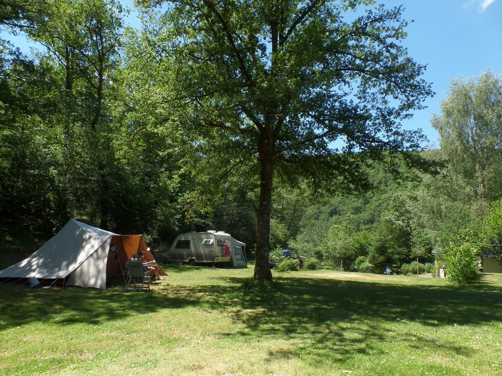 Tent en caravan op het terrein.