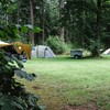 Tenten op het groene terrein.