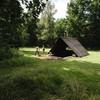 Hout hakken om in de kampvuurhut een vuurtje te stoken.