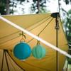 Detailfoto van sfeerverlichting in de tent.
