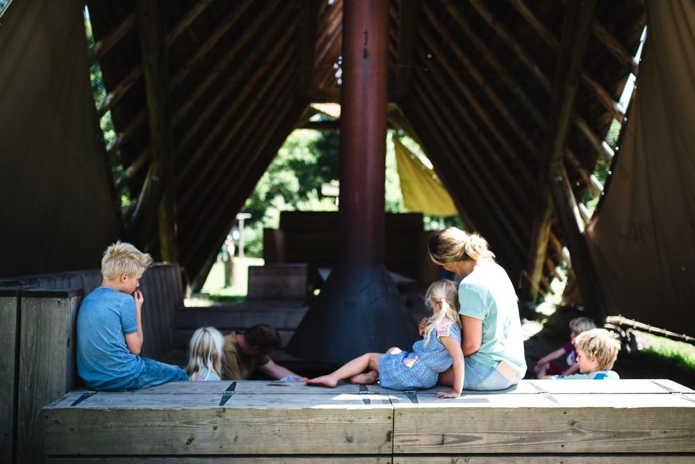 Met het gezin in de kampvuurhut.