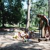 Kinderen spelen met de waterpomp.
