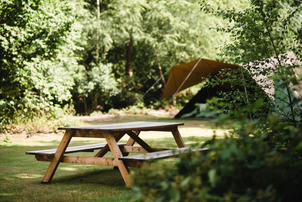 Er zijn picknicktafels aanwezig.