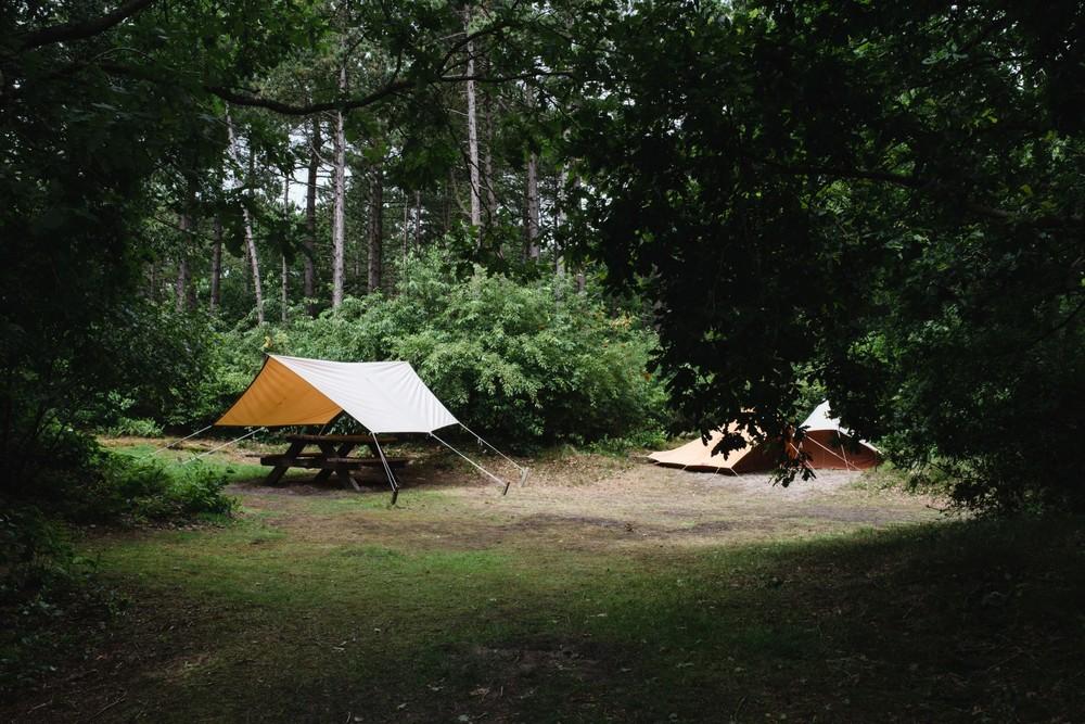 Met de tarp boven een picknicktafel kun je prima schuilen voor de regen.