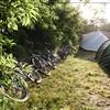 Fietsen naast de tent.