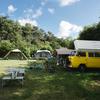 Verschillende kampeermiddelen op het veld.