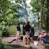 Er is een intieme, gezellige kampvuurplek aan het water.