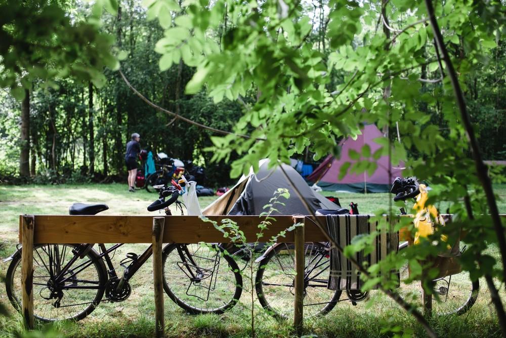 Parkeer je fiets naast de tent.