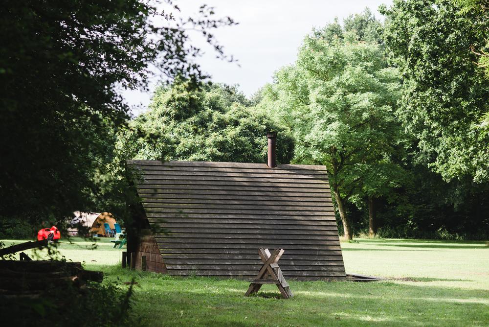 De bekende kampvuurhut van Staatsbosbeheer.