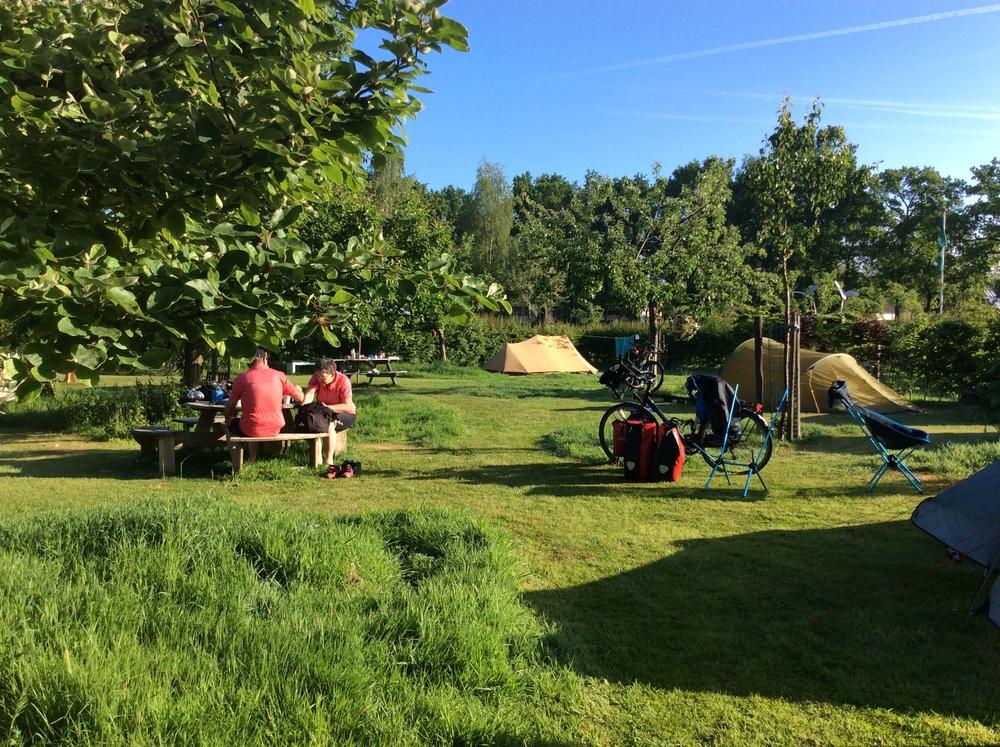 fietsers op het kampeerterrein