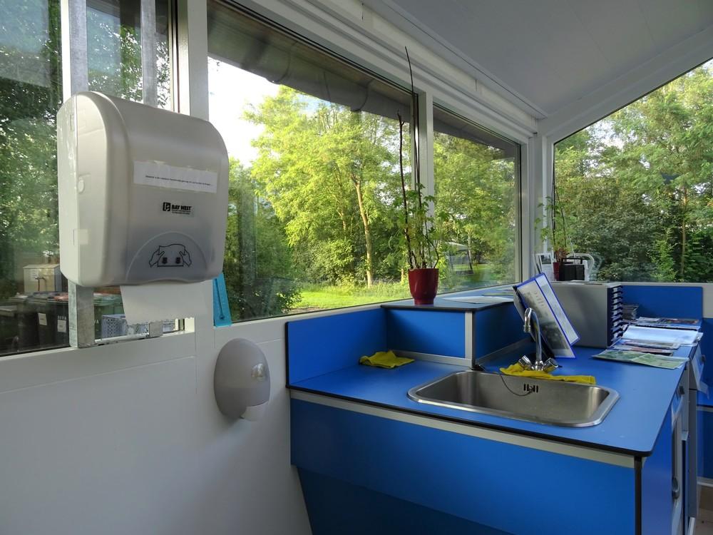 het toiletgebouw van binnenuit