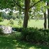 Tent verscholen tussen het groen