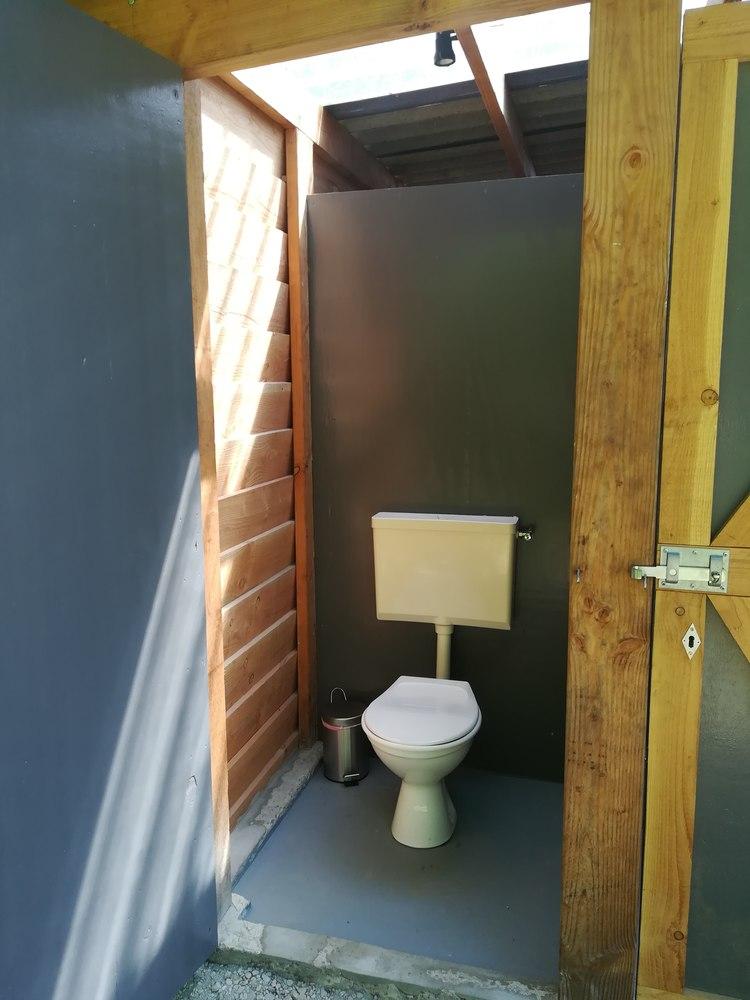 Toilet bij het terrein