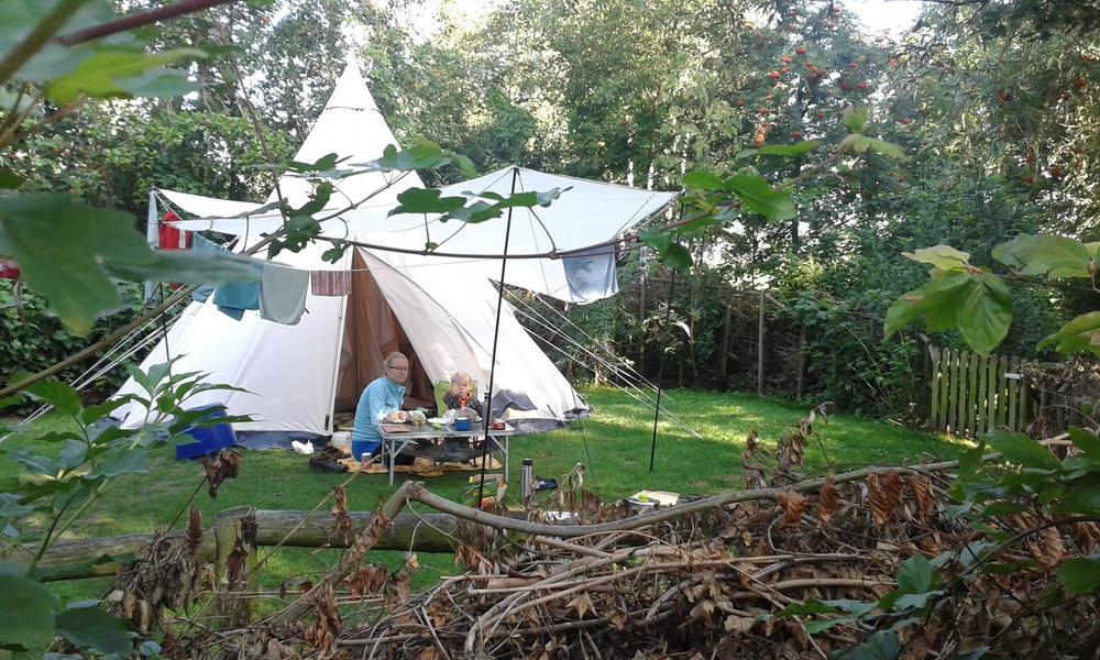 Een kampeerder met een tipi