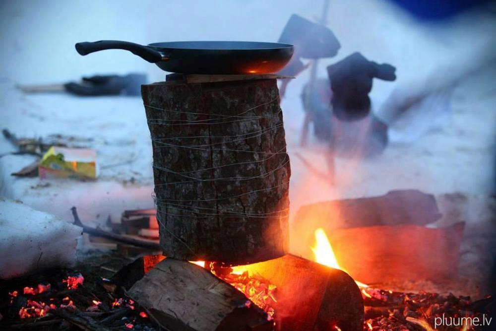 Koken op een vuurtje in de sneeuw