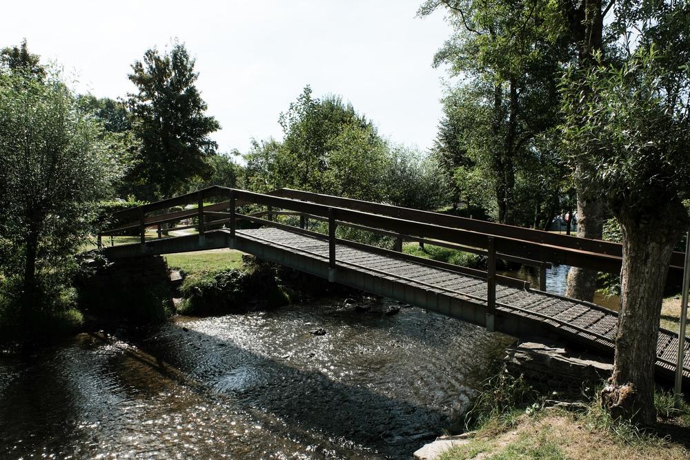 De brug over de Clerve, die dwars door het campingterrein loopt.