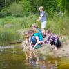 Kinderen spelen aan het water
