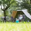 Kampeerder lezend voor de tent