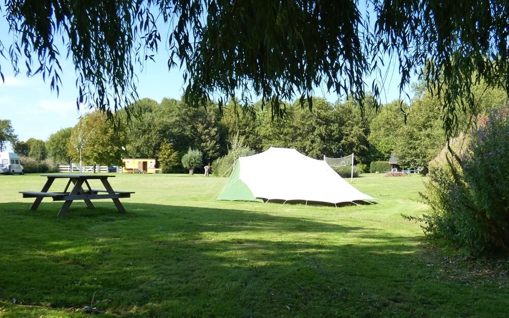 picknicktafel en tent op het terrein