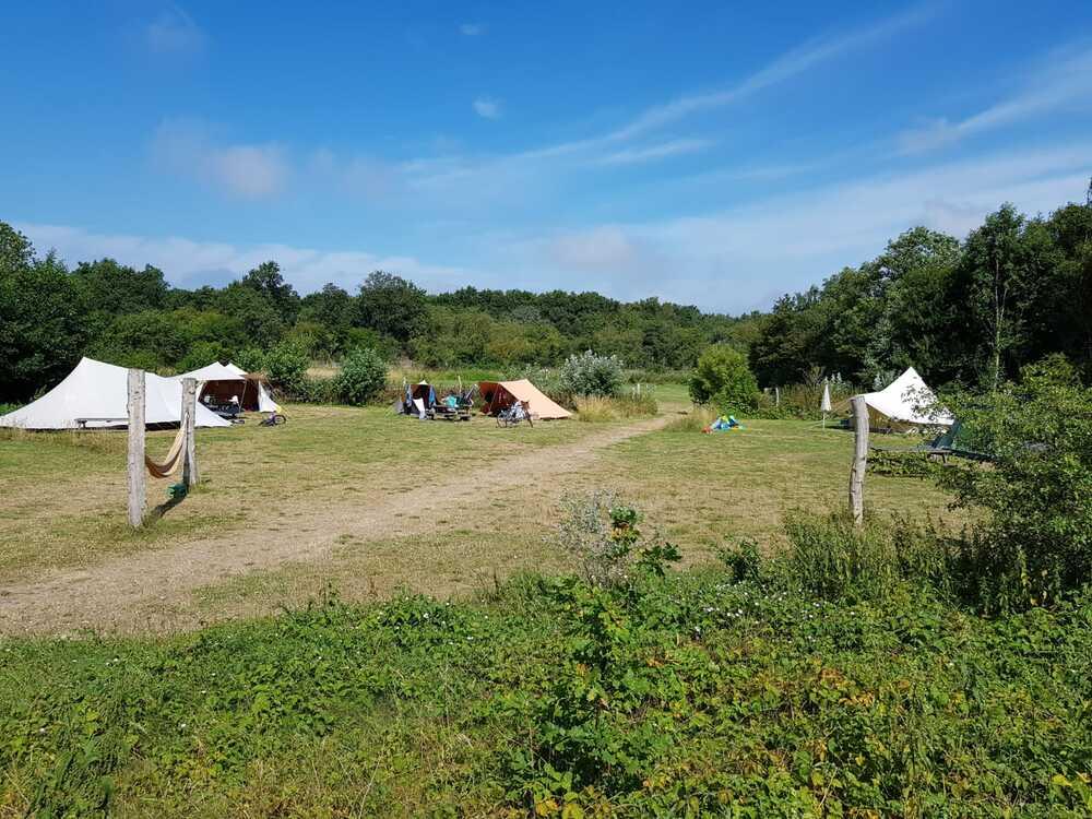 tenten op een open veld