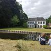 Kinderen in het net gehooide wei met uitzicht op het huis