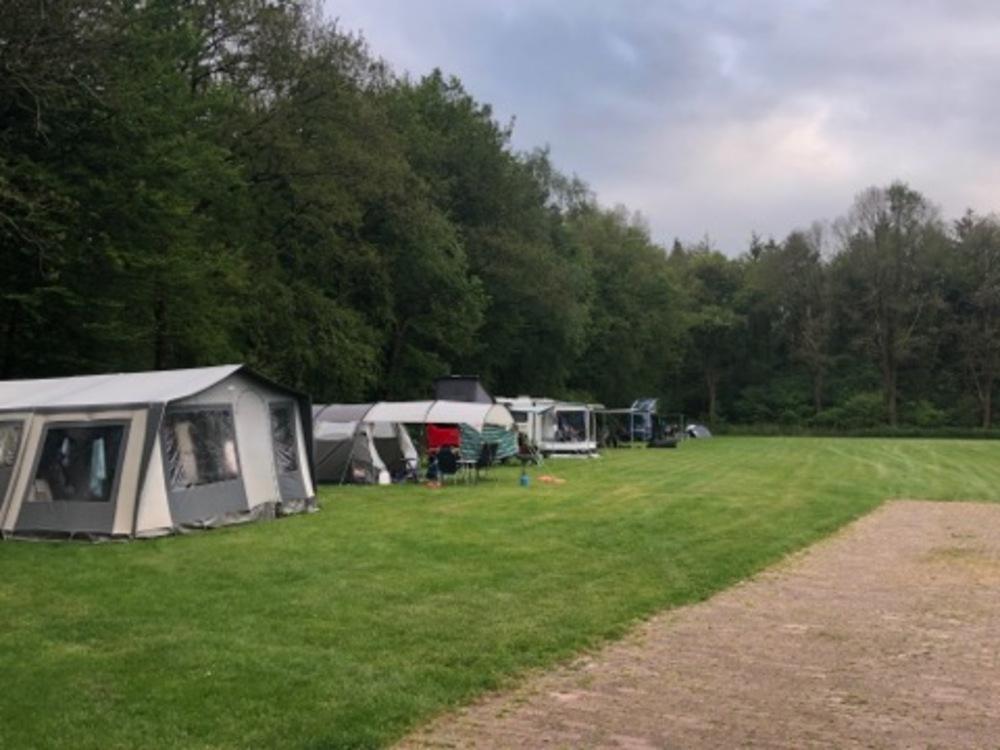 Caravans op het terrein