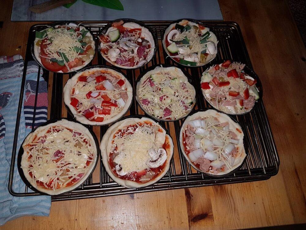 Pizza's gaan in de houtgestookte oven