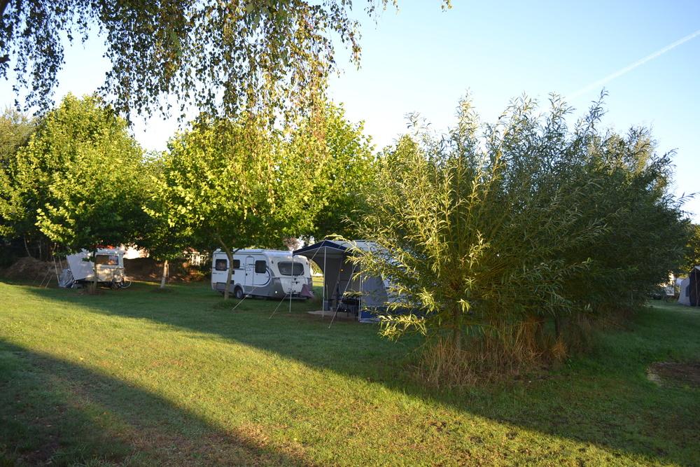Caravan en camperveld