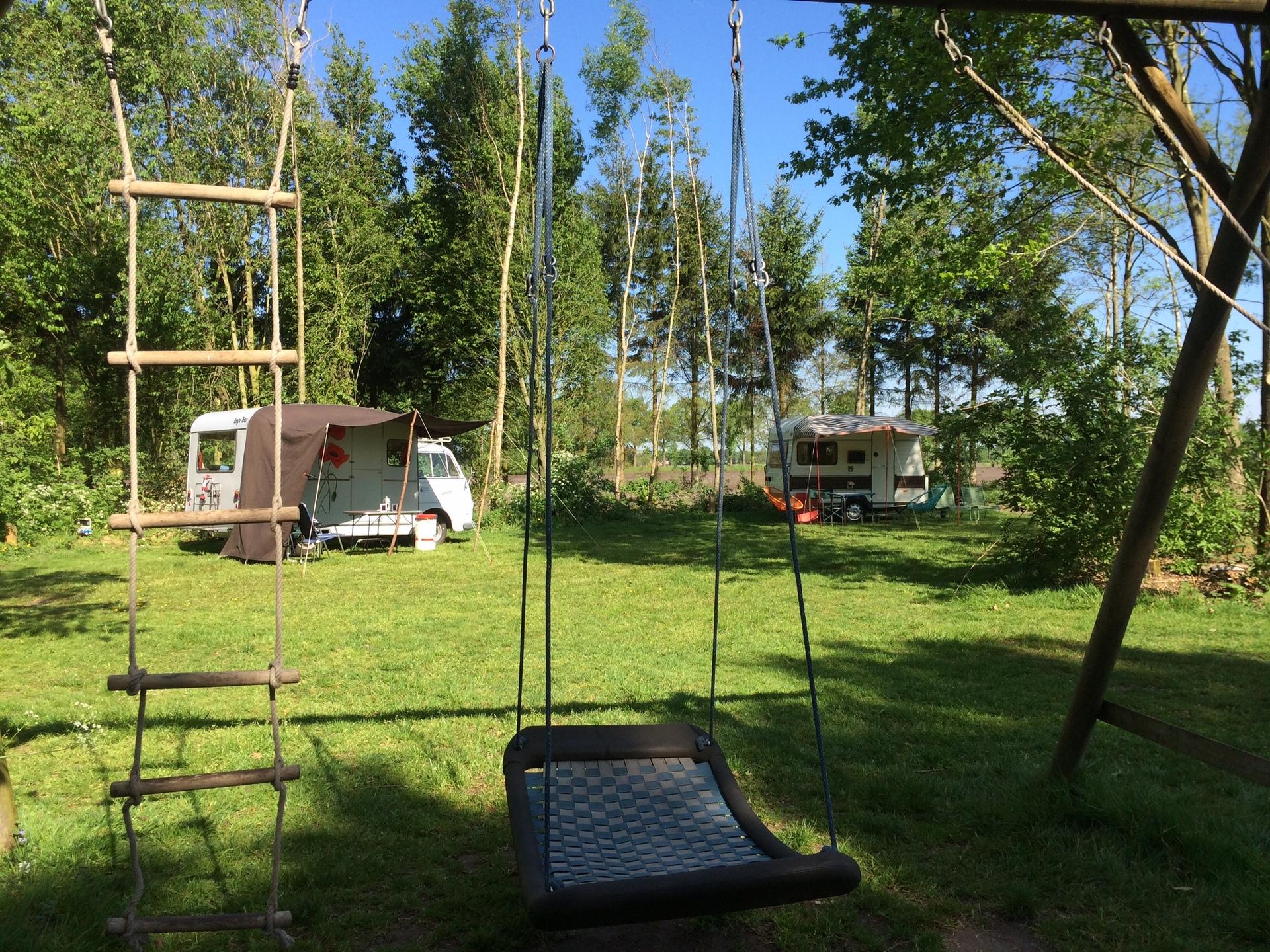 Schommel en trampoline en natuur om iedere hoek