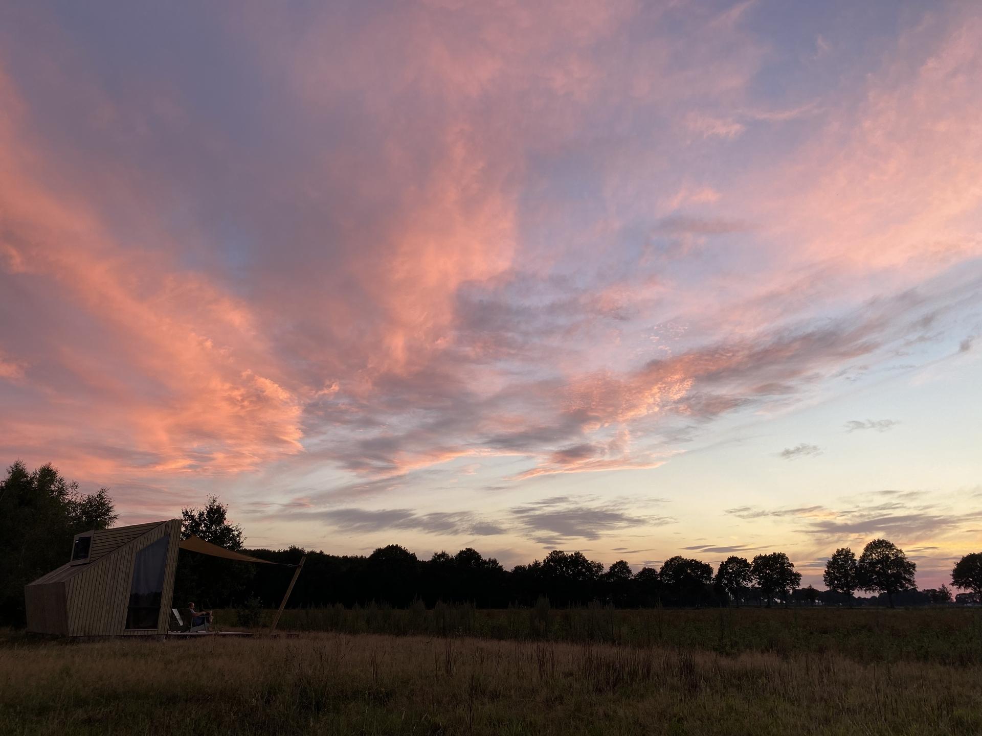 De zonsondergangen en luchten zijn vaak geweldig