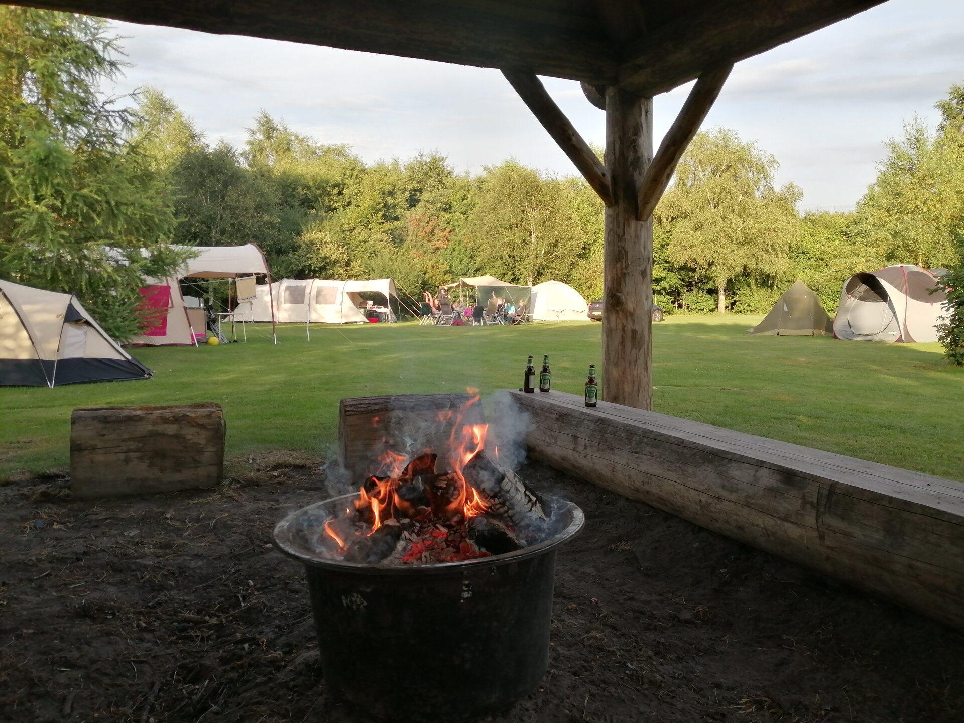 Overkapte kampvuurplaats