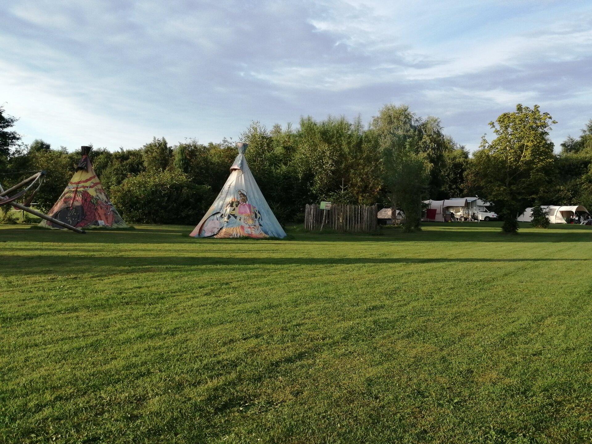 Tipi tenten bij kampvuurplaats