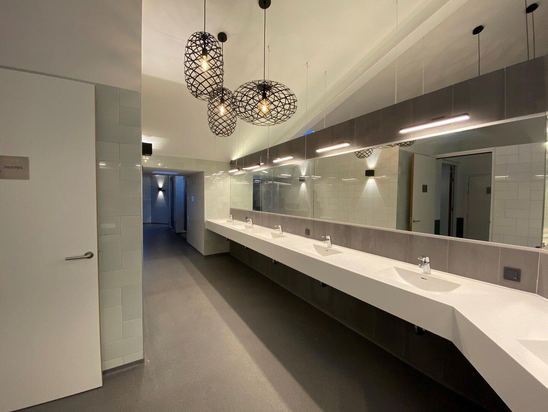 Nieuwe toiletgebouw, dames douches